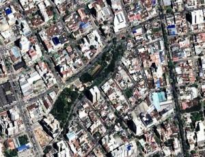 Vista satelital del parque Mejoras Públicas, un pulmón verde rodeado de casas antiguas y edificaciones nuevas, como la de la carrera 27.