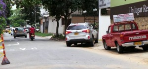 Aunque hay una señal de prohibido parquear en esta cuadra, en las 'horas pico' parece volverse invisible. - Hernando Galeano / GENTE DE CABECERA