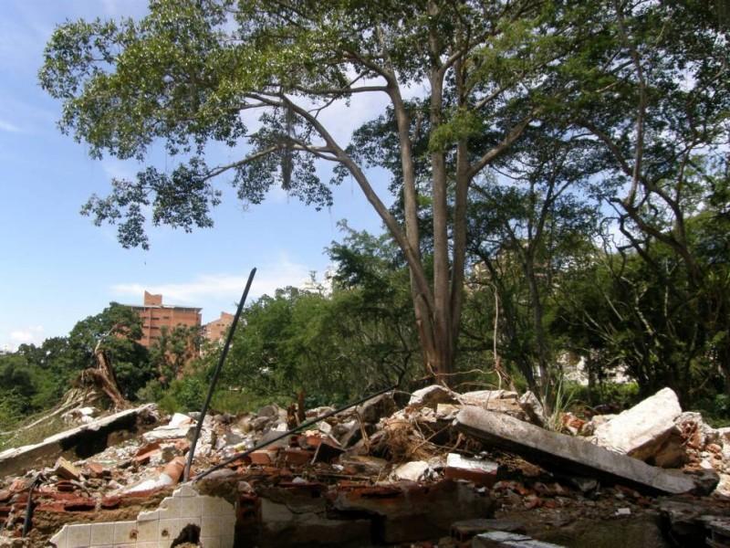 Aunque ya se dio el primer paso visible para la construcción del parque, que es la demolición de las ruinas de las casas, los vecinos espran que los recojan los escombros e inicien obras