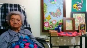 Doña Laura disfrutó en el estudio fotográfico que sus hijos le hicieron para celebrar sus 100 años. - Fotos: Suministradas / GENTE DE CABECERA