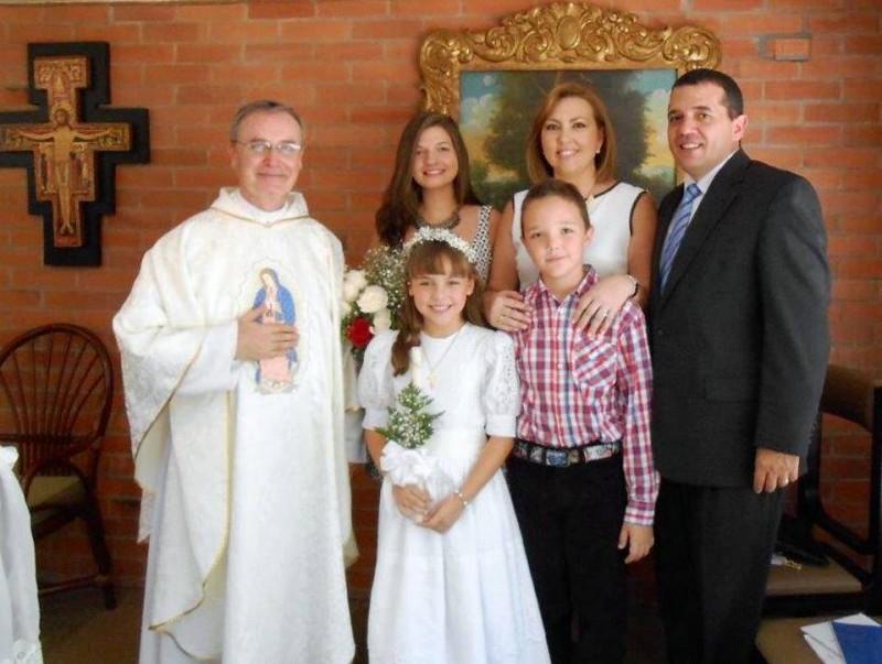 Padre Alfonso Guerrero, Santiago Serrano, Valentina Serrano, Olga Serrano, Lina Ortiz y Juan Carlos Serrano. - Suministrada / GENTE DE CABECERA