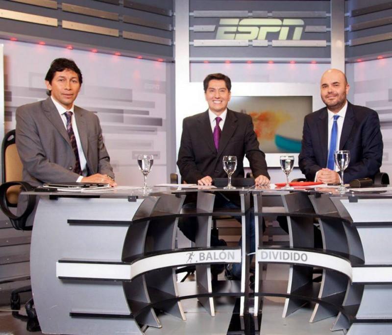 Junto a Jorge Bermúdez y Andrés Maroco, otro santandereano, Tito Puccetti presenta el programa Balón Dividido, que nos mantiene al tanto del fútbol de los colombianos.