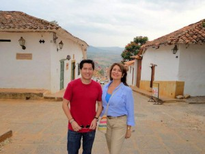 En una visita a Barichara, junto a su hermana Patricia Puccetti.