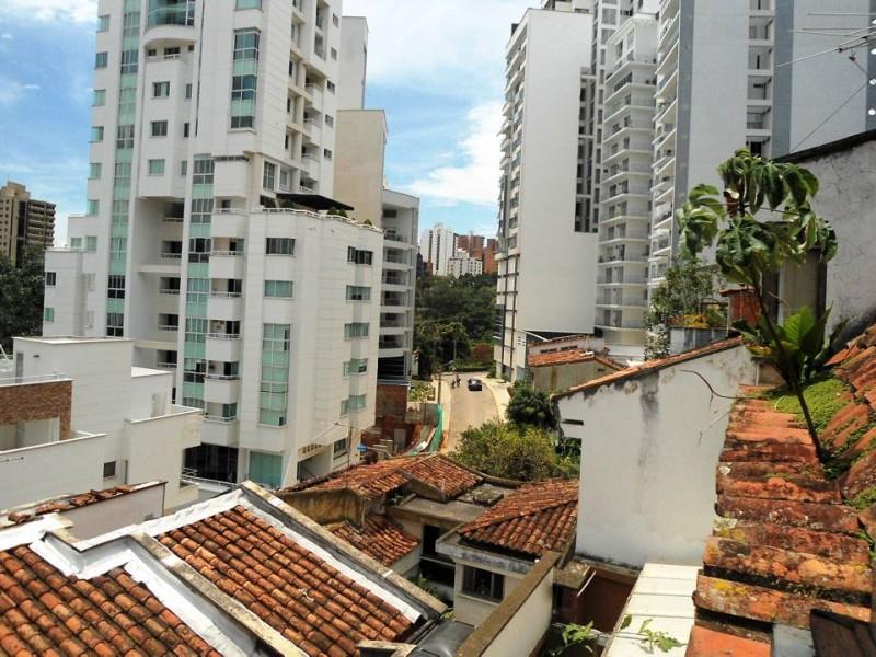 Desde una de las viviendas se observa la carrera 47A, al occidente edificios y al oriente las casas con tejados tradicionales. Un bonito contraste.
