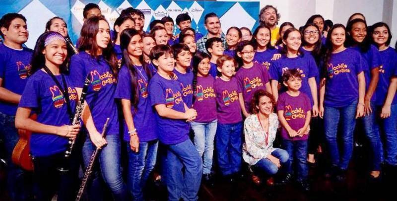 Los integrantes de Mochila Cantora tuvieron la ocasión de compartir con Juanes (al fondo)