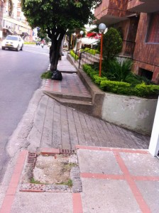 La entrada al parqueadero del edificio le roba espacio al andén que es de uso público para los peatones. - Suministradas / GENTE DE CABECERA