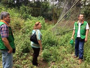 En La Floresta se recorrieron las áreas afectadas por los taludes que tienen en riesgo la cancha del sector.