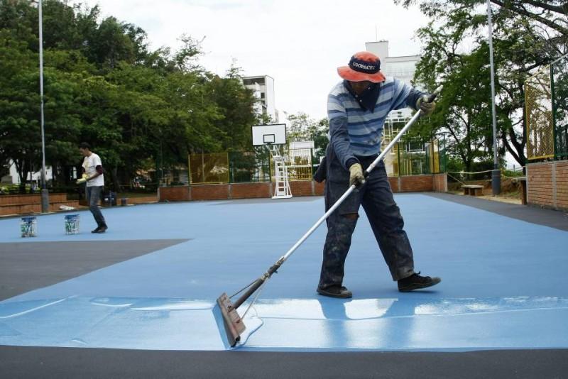Antes de poner la capa sintética de color fue necesario reparar la superficie que estaba repleta de huecos