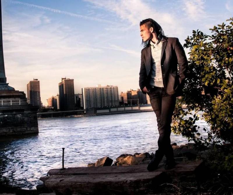 Tras vivir varios años en Bucaramanga Rubén Casalins decidió irse a New York, donde hoy es modelo y actor. Actualmente prepara una película con un sobrino de Mel Gibson.