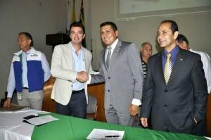 El presidente Ejecutivo de la Cámara de Comercio, Juan Camilo Beltrán, y el director de la CDMB dieron a conocer detalles de este nuevo pulmón de la ciudad. - Suministrada / GENTE DE CABECERA