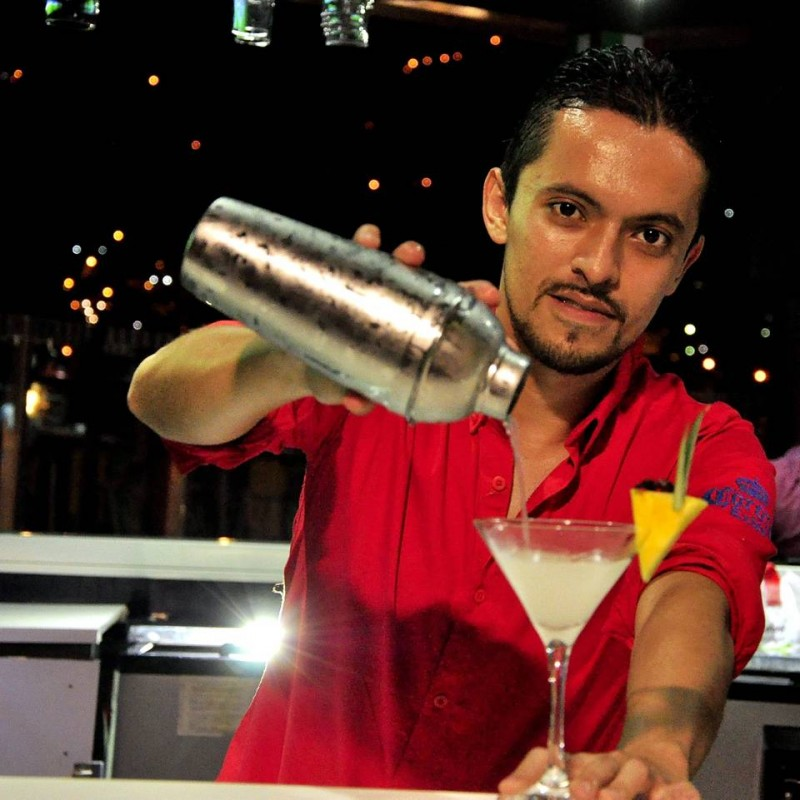 José Alejandro en la competencia, mientras preparaba el coctel.