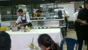 José Alejandro Gómez es por estos días el bartender más famoso de la ciudad, pues fue el creador del coctel que identificará la cultura santandereana