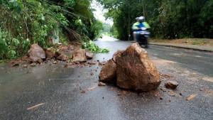 La caída de tierra y piedras ocurrió en la noche del martes. -  Javier Gutiérrez / GENTE DE CABECERA