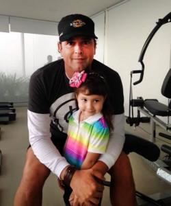 La pequeña Cata junto a su artista favorito Carlos Vives. - Suministrada / GENTE DE CABECERA