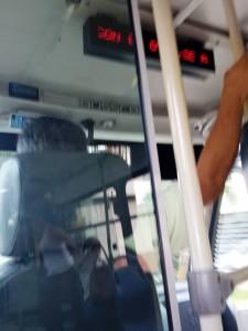 Con el brazo izquierdo este conductor de Metrolínea maneja el volante y con el otro se tiene de una base. - Suministrada / GENTE DE CABECERA