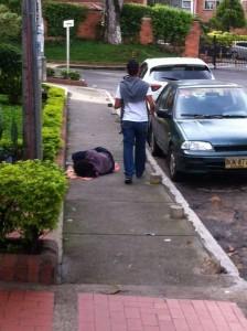 Los indigentes duermen en la carrera 30 entre calles 62 y 63. - Suministradas / GENTE DE CABECERA