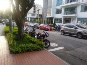 Algunos motociclistas aparcan en zonas prohibidas.