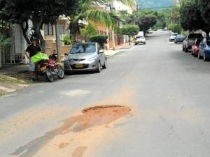 Otra de las necesidades que tiene el barrio es el arreglo del pavimento, como en este caso en la calle 64 con carrera 45. - Tatiana Celis / GENTE DE CABECERA