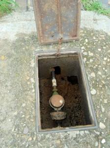 Aquí se evidencia la rotura en las cajas de los contadores. Por aquí pasan las aguas lluvias hacia el subsuelo de las casas.