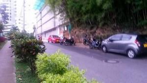 Las motos estacionadas obstruyen el paso vehicular en la carrera 47. - Suministrada /GENTE DE CABECERA