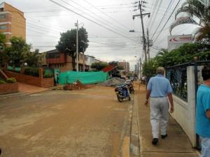 Esta semana continuaron los trabajos de llenado del terreno, en la obra de la calle 56 con carrera 45. Se abrió el paso a un carril. - Tatiana Celis / GENTE DE CABECERA