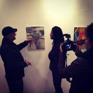 Rubén recibiendo las críticas de expertos en arte, como Héctor Marín Arias, durante su exposición en NY