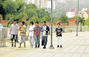 Aunque muchas veces solo hacen presencia, algunos vecinos dicen sentirse intimidados por los grupos juveniles.
