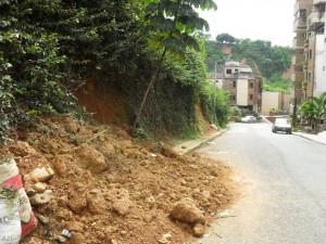 En la imagen se observa que el deslizamiento de tierra invade parte de la vía. - Suministrada / GENTE DE CABECERA