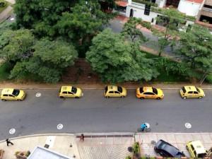 Pese a que hay una señal de 'prohibido parquear' en la zona, los taxistas no la cumplen. - Suministrada / GENTE DE CABECERA