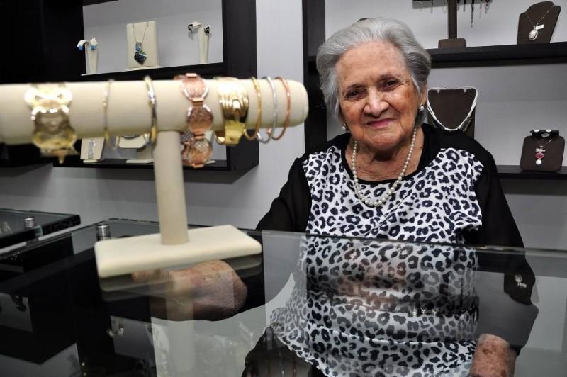 La señora aún visita la joyería de su hijo para colaborarles y seguir sirviendo a sus clientes.