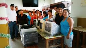 Las mujeres de la Asociación de Mujeres Artesanas de Bucaramanga Luz y Vida recibiendo los equipos donados por lectores de Gente. - / GENTE DE CABECERA