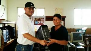 Carlos Hernández, de Systec Computadores entregando un equipo a la líder Yoleida Ramos. - / GENTE DE CABECERA