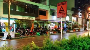 Esta es la muestra de uno de los ejemplos de invasión del espacio público por parte de motociclistas. - Suministrada / GENTE DE CABECERA