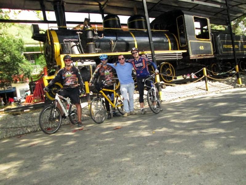 En Cisneros, Antioquia, aprovechando la estación del ferrocarril para tomarse las fotos del recuerdo