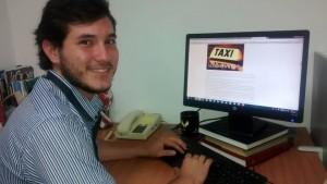 El joven Miguel Alcalá Serrano lleva varios años escribiendo, sin embargo solo hasta el 2014 escogió las historias de vida de taxistas como eje central de sus narraciones. - Tatiana Celis / GENTE DE CABERA