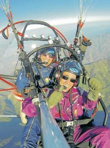 Fernando Gómez Flórez (atrás) y Carlos Cortés, fueorn los encargados de hacer este vuelo de a bordo de un trike que tiene motor y un parapente.  - Suministrada / GENTE DE CABECERA