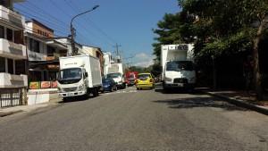 Muchos de los vehículos de carga pesada que llegan a descargar sus productos a la carrera 45 se estacionan a lado y lado de la principal vía de La Floresta y Terrazas. - Suministrada / GENTE DE CABECERA