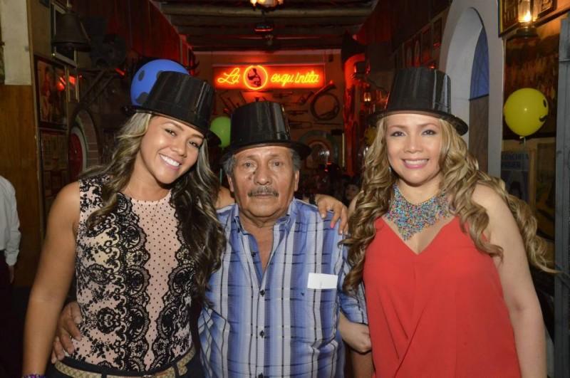 Junto a sus hijas Luz y Deyra Márquez. - Suministradas Manuel Reyes Fotografía / GENTE DE CABECERA