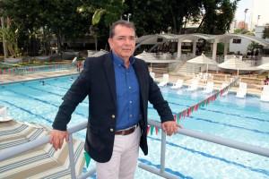 Germán Murillo, gerente del Club Unión, en uno de los sectores más significativos del lugar como son las piscinas y la terraza
