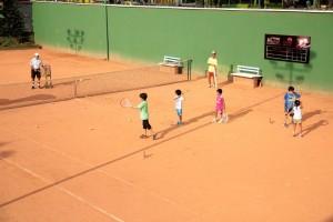 Uno de los planes de los padres de familia con sus hijos es disfrutar de las canchas de tenis del club.