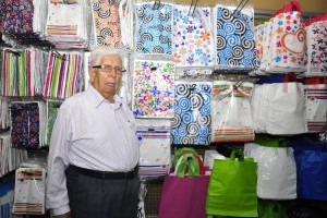 """Casi todos los días don Carlos Calixto visita una de las oficinas de su empresa. """"Esta ha sido  mi vida siempre, de la fábrica a la casa y de la casa a la fábrica, por eso lo sigo haciendo"""", dice"""