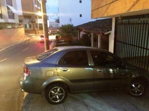 """""""Esta es la muestra de una de las tantas ocasiones que este carro se parquea mal, sobre el andén"""". - Suministrada / GENTE DE CABECERA"""