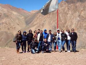 Los estudiantes a los pies del Aconcagua, en zona limítrofe entre Argentina y Chile. - Suministrada /GENTE DE CABECERA