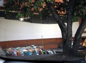 La venta de libros ocupa una buena parte del andén de la calle 41 con 33. - Suministrada / GENTE DE CABECERA