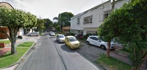 Los carros son estacionados en andenes y en plena vía, todos los días, según denuncia la residente. - Suministrada / GENTE DE CABECERA