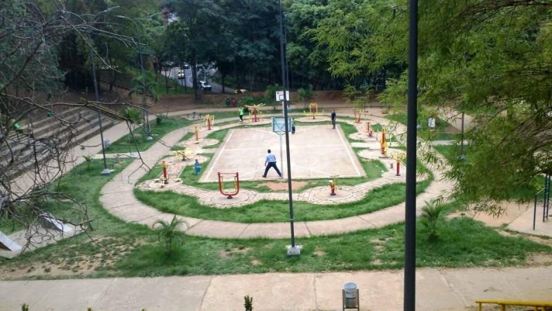 El parque cuenta con dos canchas, un gimnasio al aire libre y senderos en la parte alta de la carrera 40
