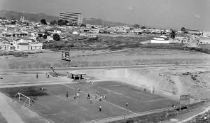 Vista de la cancha y sus terrenos aledaños, cuando aún no estaba construido el conjunto Torres de Cabecera