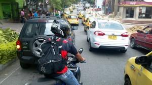 Conductores como el del vehículo negro (izquierda), que estacionó en plena calle 51 entre carreras 33 y 34, ocasionan trancones en las calles de Cabecera