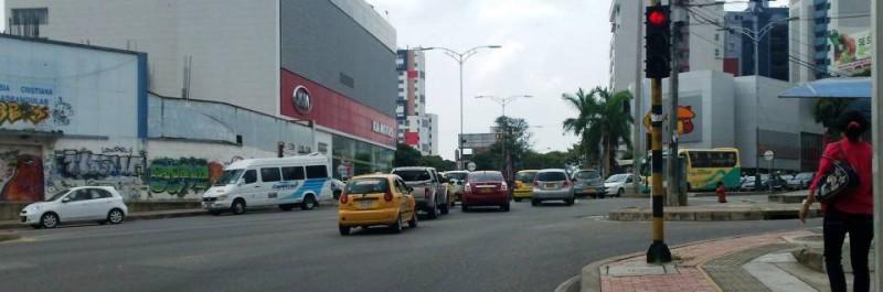 Uno de los puntos críticos de accidentalidad es la carrera 27 con avenida González Valencia, donde muchos se pasan el semáforo en rojo