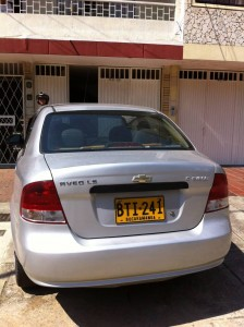"""""""Tuvimos que ponerle un letrero al carro que nos obstruyó el paso durante toda la mañana del 23 de febrero"""", dijo la ciudadana. - Suministrada /GENTE DE CABECERA"""